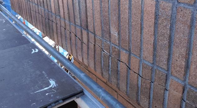 grieta en un voladizo de ladrillo caravista